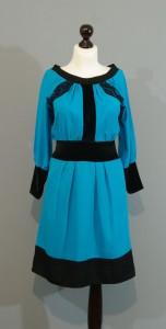 Небесно-голубое шелковое платье с кружевами