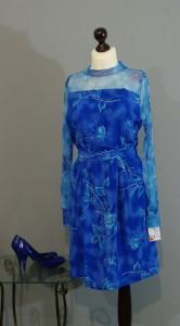 яркое синее платье