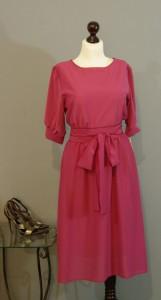 Темно-розовое платье с широкой юбкой