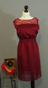 красное шелковое платье с кружевом