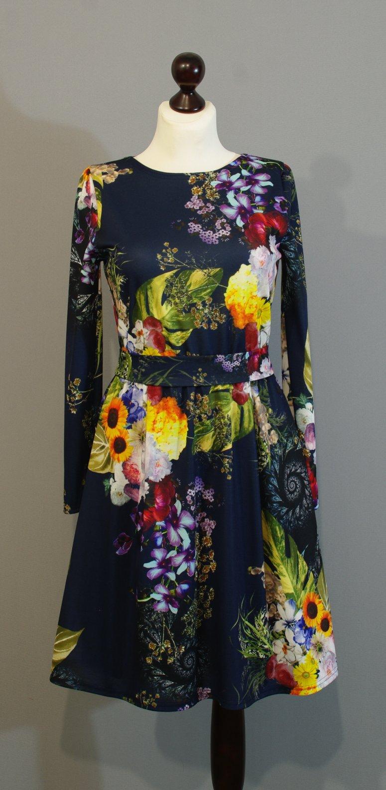 Синее платье с крупными цветами