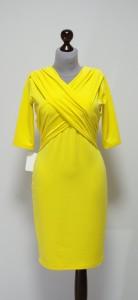Желтое платье-карандаш с двойным декольте на запах
