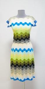 Цветной горох на светлом платье