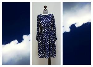 Темно-синее платье в белый горох